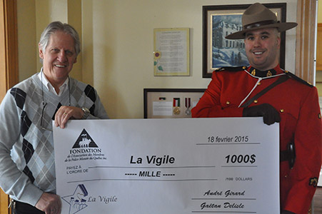 On February 18, 2015, Éric Pagé presented a $1,000 cheque on behalf of the Quebec Mounted Police Members' Association to Jacques Denis Simar, director general of La Vigile.